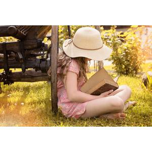 フリー写真, 人物, 子供, 女の子, 外国の女の子, 女の子(00034), 麦わら帽子, 座る(地面), 読む(読書), 本(書籍), あぐらをかく