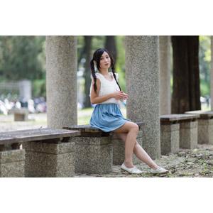 フリー写真, 人物, 女性, アジア人女性, 江滴滴(00013), 中国人, ノースリーブ, 座る(ベンチ), ツインテール