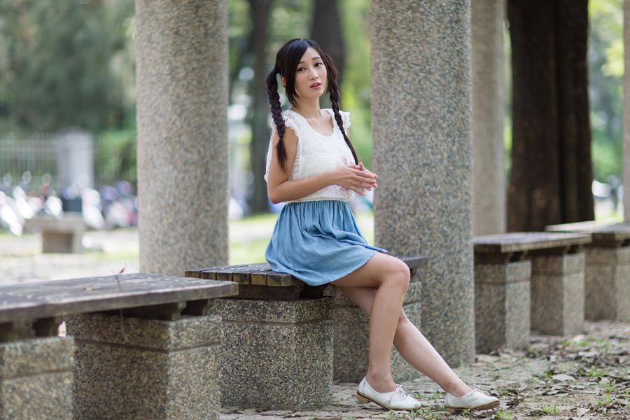 フリー 写真ベンチに座るツインテールの女性ポートレイト