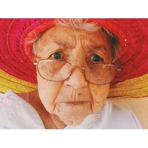 フリー写真, 人物, 老人, 祖母(おばあさん), 老眼鏡, 顔, 帽子