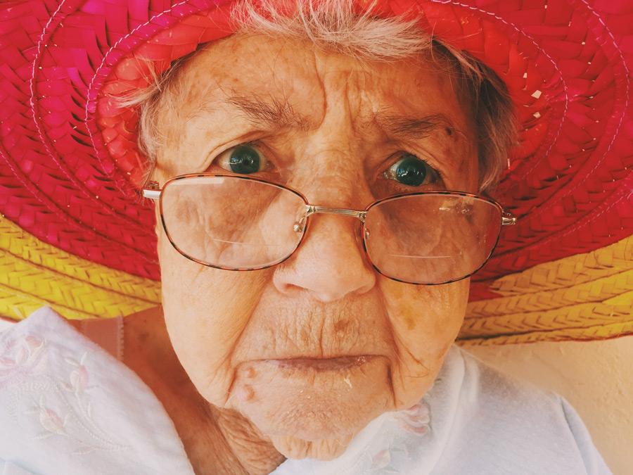 フリー 写真外国のおばあちゃんの顔のアップ