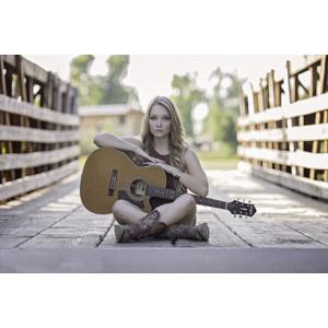 フリー写真, 人物, 女性, 外国人女性, 女性(00036), あぐらをかく, 座る(地面), 音楽, 楽器, 弦楽器, ギター, アコースティックギター