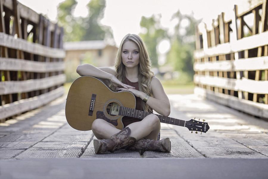 フリー 写真ギターを持って胡坐をかいている外国人女性