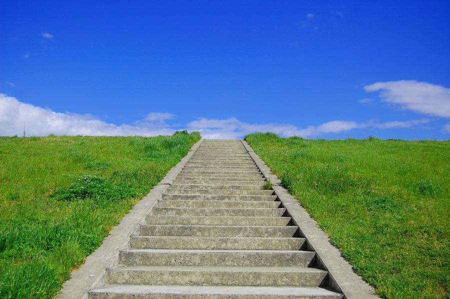 フリー 写真土手の階段と青空の風景