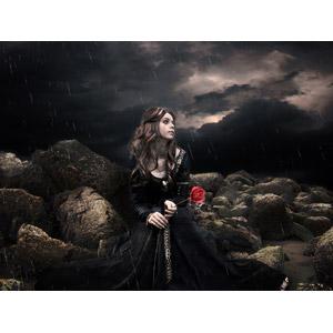 フリー写真, 人物, 女性, 外国人女性, 人と花, 薔薇(バラ), 嵐, 雨, 岩, 暗雲