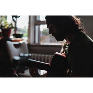 フリー写真, 人物, 男性, 外国人男性, 音楽, 楽器, 弦楽器, ギター, アコースティックギター, 演奏する