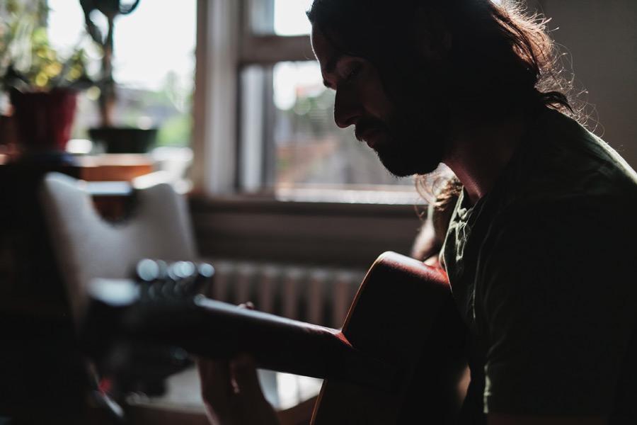 フリー 写真家の中でギターを弾く外国人男性