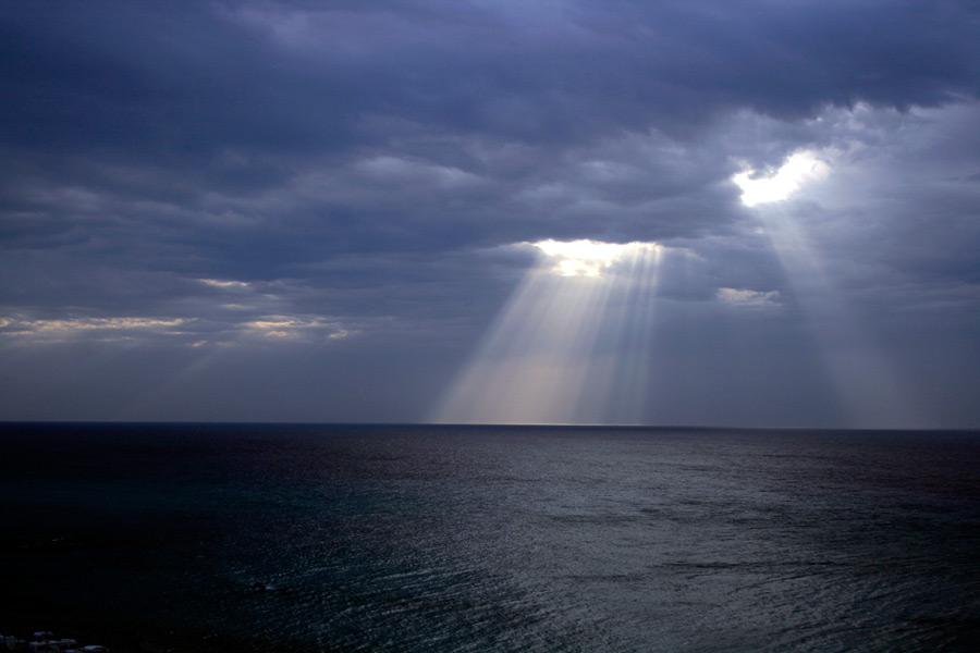 フリー 写真雲の切れ間から射しこむ薄明光線
