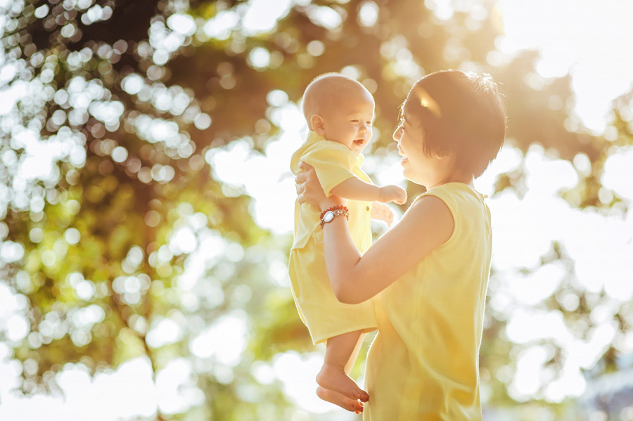 フリー 写真笑顔で赤ちゃんを抱くお母さん