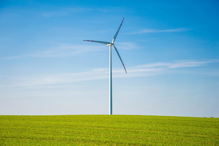 フリー 写真牧草地と風力発電機と青空の風景