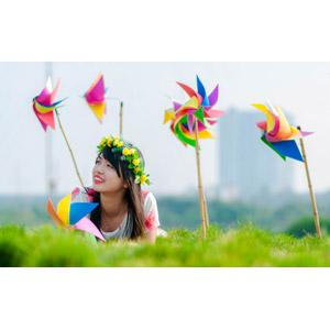 フリー写真, 人物, 女性, アジア人女性, ベトナム人, 花冠, かざぐるま, 腹這い, 草むら
