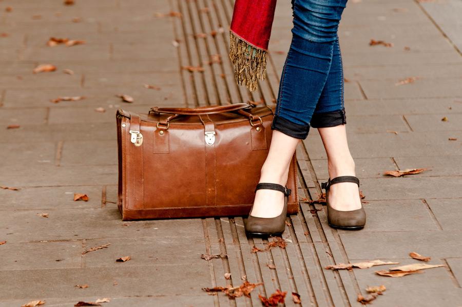 フリー 写真旅行かばんと女性の足元