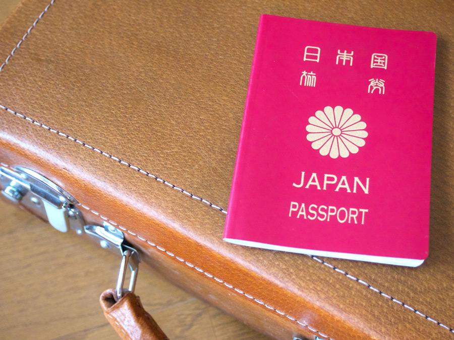 フリー 写真トランクの上に置かれたパスポート