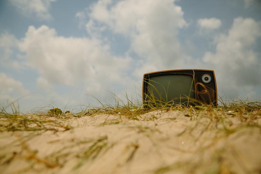 フリー写真 捨てられたブラウン管テレビのある風景