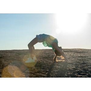 フリー写真, 人物, 女性, ブリッジ, 運動, ストレッチ, ブリッジ(運動), 体を反る, ノースリーブ, ショートパンツ, 太陽光(日光)