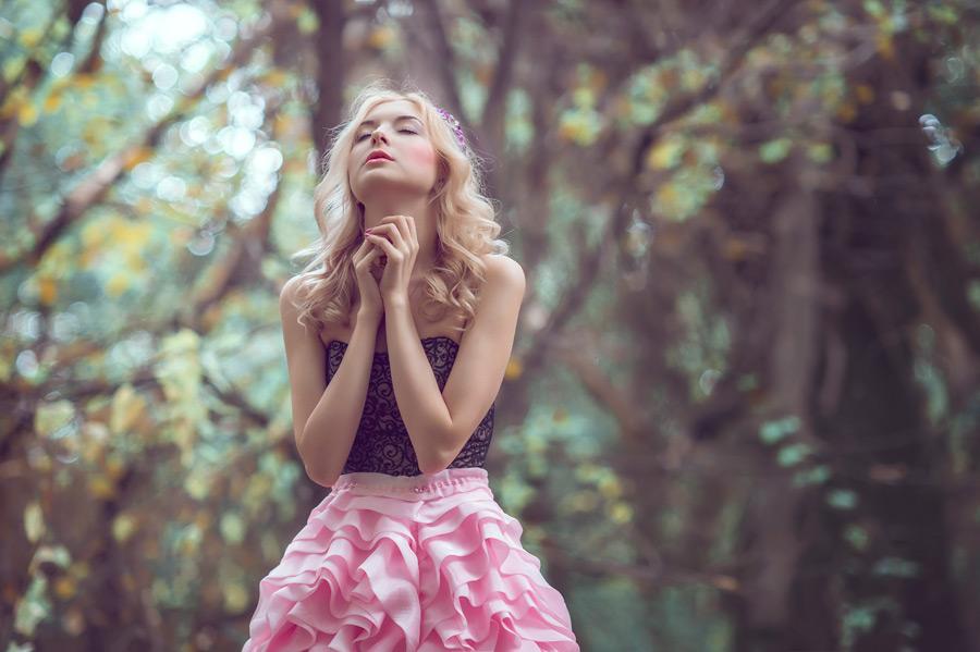 フリー写真 目を閉じて祈りを捧げる外国人女性