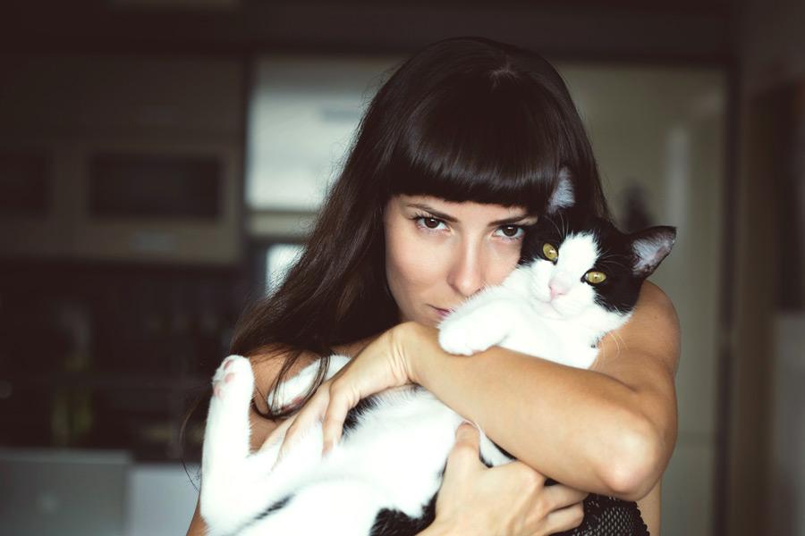 フリー写真 猫を抱いている外国人女性