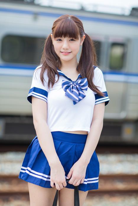 フリー写真 セーラー服姿で電車の前に立つ女子高生のポートレイト