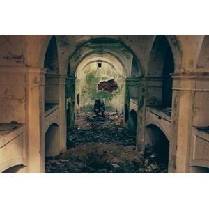 フリー写真, 風景, 建造物, 建築物, 廃墟, 人と風景, しゃがむ, 俯く(下を向く)