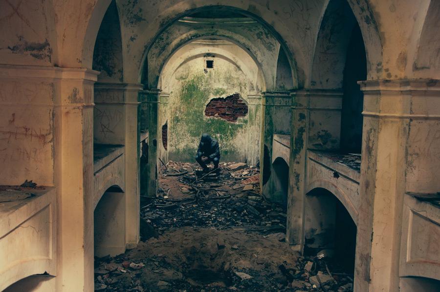 フリー写真 建物の廃墟としゃがみこむ人物