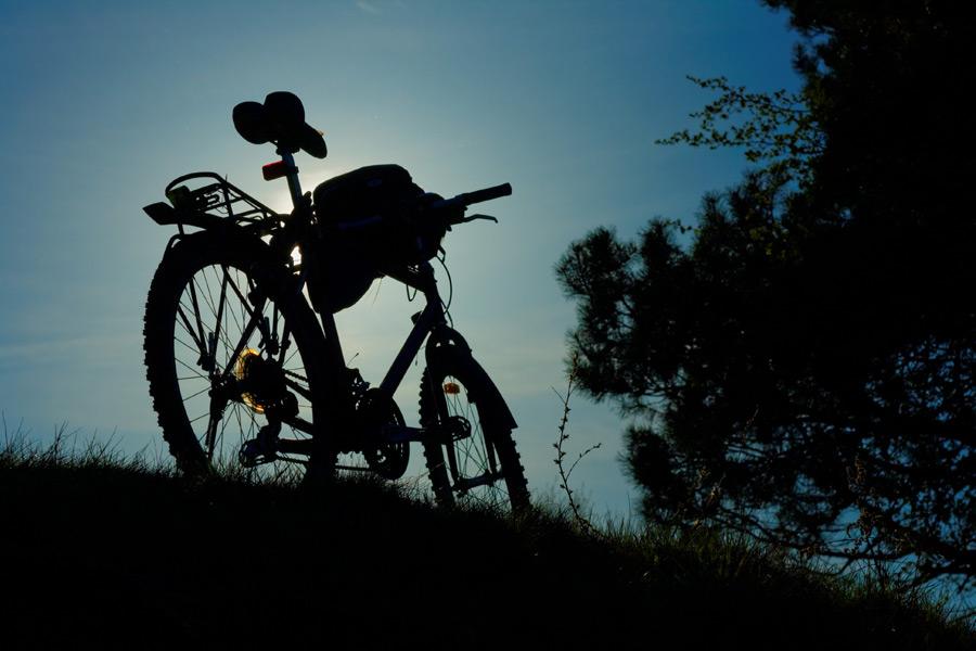 フリー写真 草むらに置かれたマウンテンバイク