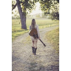 フリー写真, 人物, 女性, 外国人女性, 後ろ姿, 女性(00036), 音楽, 楽器, 弦楽器, ギター, アコースティックギター, 小道
