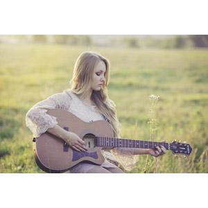 フリー写真, 人物, 女性, 外国人女性, 女性(00036), 音楽, 楽器, 弦楽器, ギター, アコースティックギター, 演奏する, 草むら