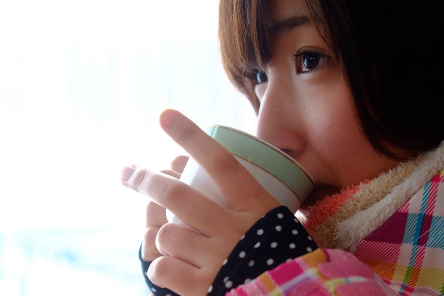 フリー写真 寒い日に暖かいコーヒーを飲む女性