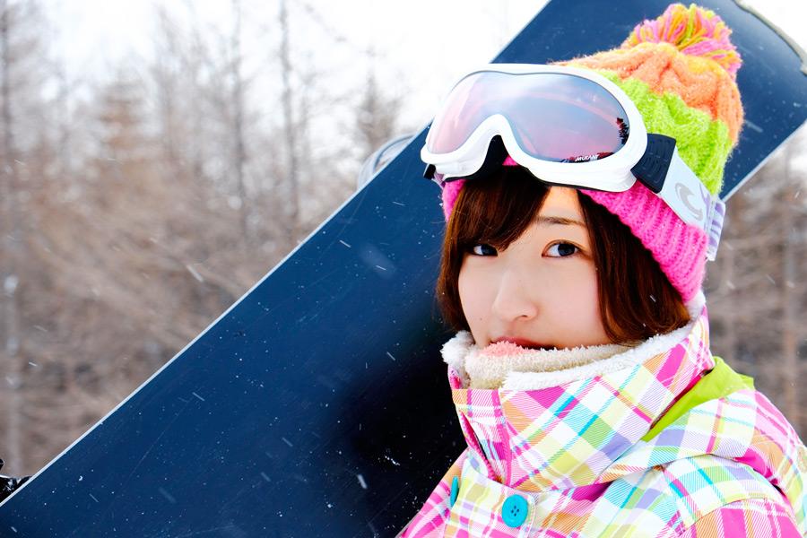 フリー写真 スキー場でスノーボードを担ぐ女性