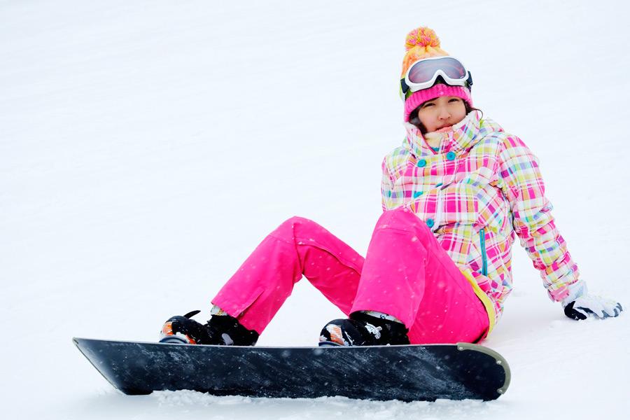 フリー写真 スキー場でスノボーを楽しむ女性