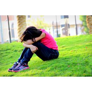 フリー写真, 人物, 少女, うずくまる, 座る(地面), 落ち込む(落胆), 失望(絶望), 泣く(泣き顔), 悲しい