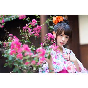 フリー写真, 人物, 女性, アジア人女性, 中国人, 白白(00045), 和服, 浴衣, 人と花, 巾着袋, 夏, ピンク色の花