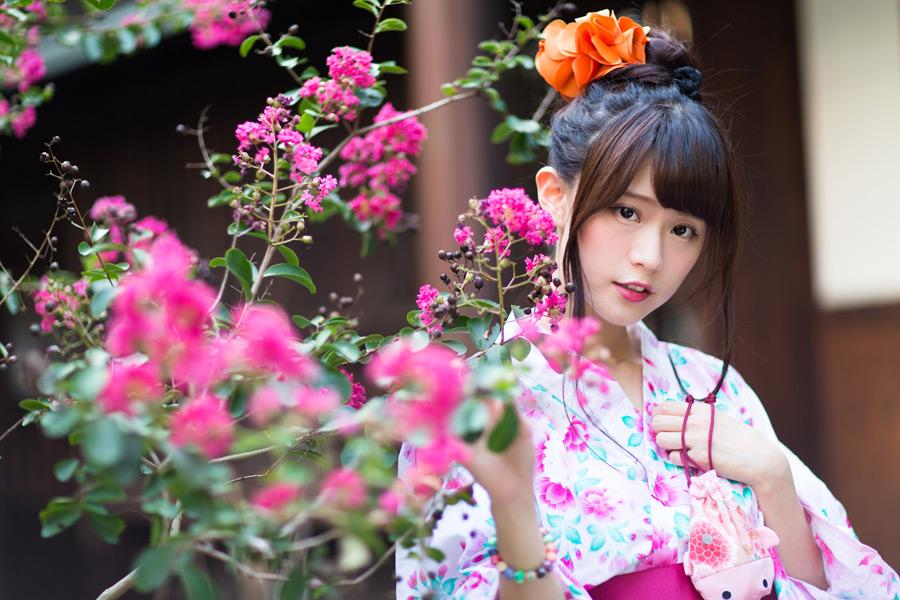 フリー写真 花と浴衣姿の女性ポートレイト