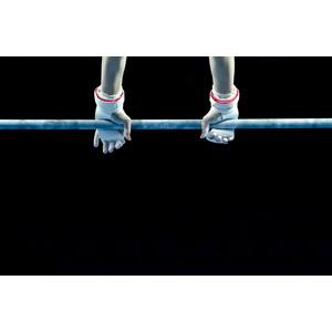 フリー写真, 人体, 手, スポーツ, 体操競技, 鉄棒, 黒背景