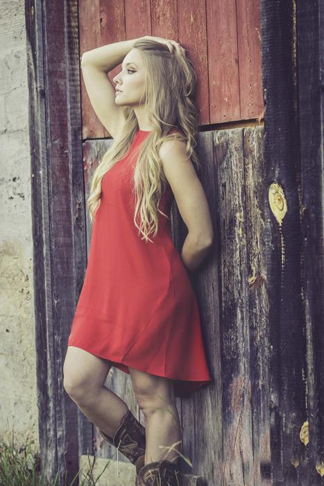 フリー写真 納屋の戸にもたれて髪の毛をかき上げる外国人女性
