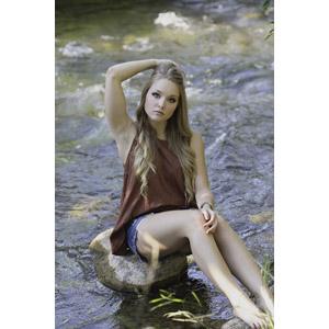 フリー写真, 人物, 女性, 外国人女性, 女性(00036), 髪をかき上げる, 座る(地面), 河川