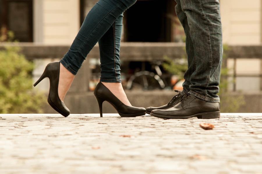 フリー写真 キスをするカップルの足元