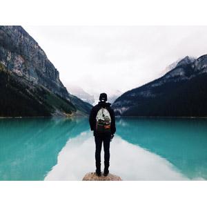 フリー写真, 人物, 後ろ姿, 人と風景, 風景, 山, 湖, リュックサック(ナップサック)