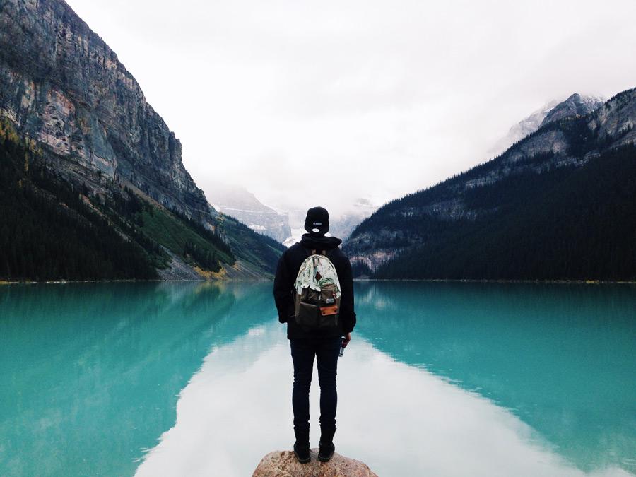 フリー写真 山と湖の風景を眺める人物の後ろ姿