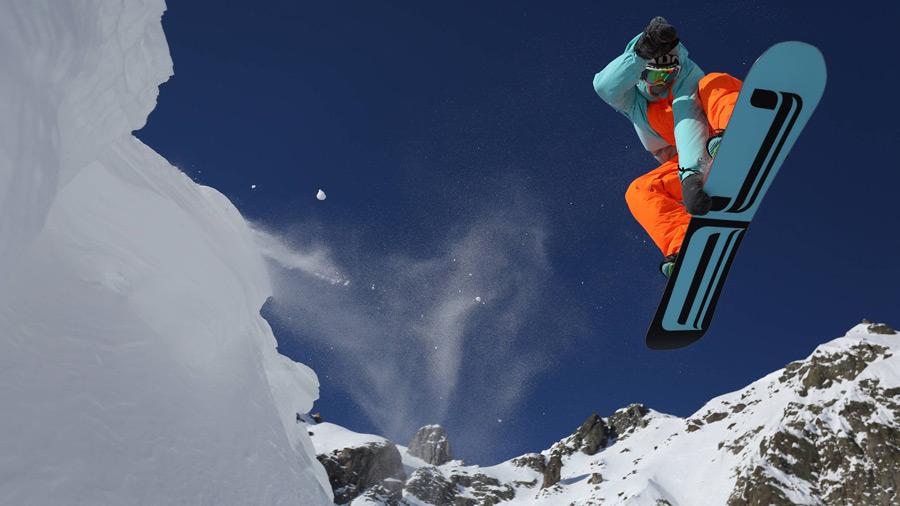 フリー写真 スノボーでジャンプする人物