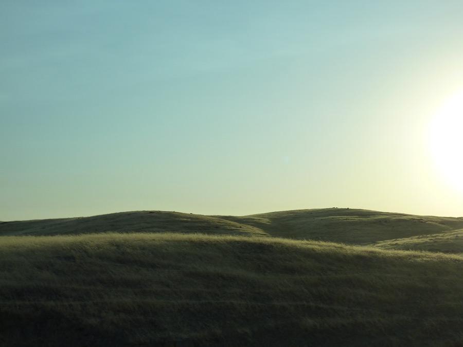 フリー写真 太陽の光と丘の風景