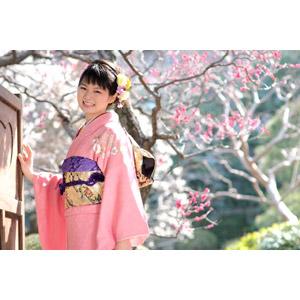 フリー写真, 人物, 女性, アジア人女性, 日本人, 女性(00047), 和服, 着物, 成人式, 正月, 1月, 梅(ウメ), 笑う(笑顔)