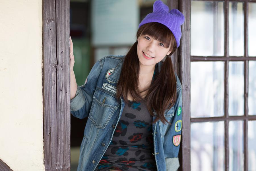 フリー写真 ニット帽を被るツインテールの女性ポートレイト
