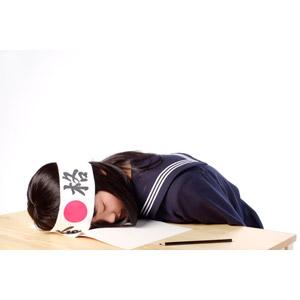 フリー写真, 人物, 少女, アジアの少女, 日本人, 少女(00048), 学生(生徒), 高校生, はちまき, 受験生, セーラー服(学生服), 学生服, 寝る(寝顔), 勉強机, 勉強(学習), 鉛筆(えんぴつ), 突っ伏す, 白背景