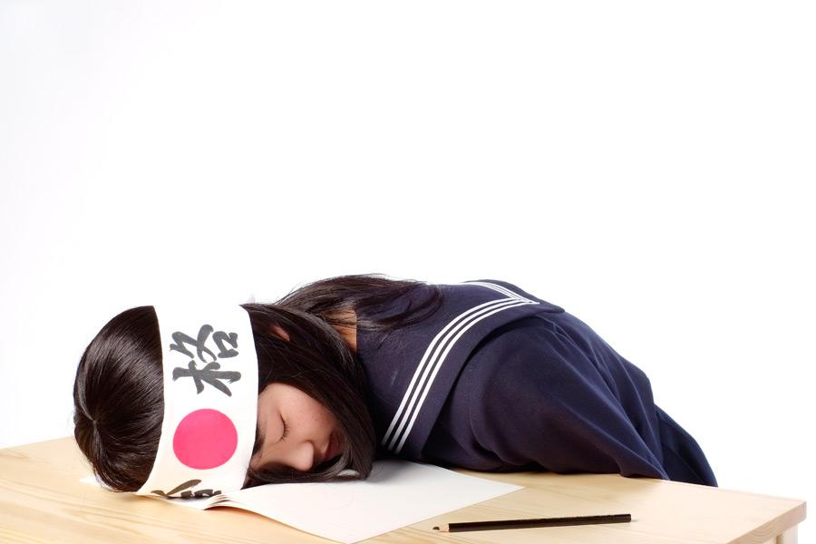 フリー写真 力尽きて寝てしまう受験生