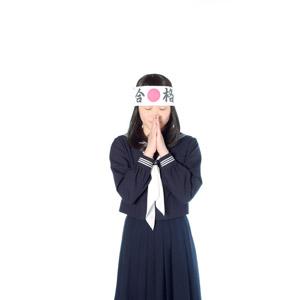 フリー写真, 人物, 少女, アジアの少女, 日本人, 少女(00048), 学生(生徒), 高校生, はちまき, 受験生, セーラー服(学生服), 学生服, 祈る(祈り), 手を合わす, お願い, 白背景