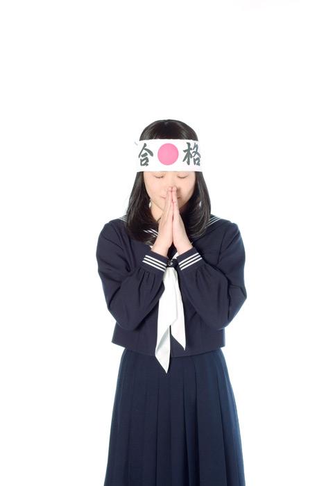 フリー写真 受験の合格を祈願する女子高生