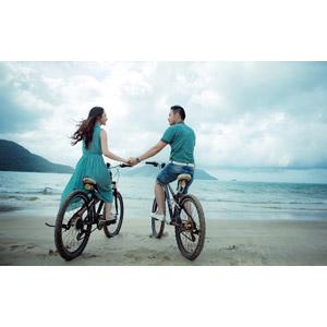 フリー写真, 人物, カップル, 恋人, 人と乗り物, 自転車, マウンテンバイク, 手をつなぐ, 二人, 砂浜(ビーチ), 人と風景