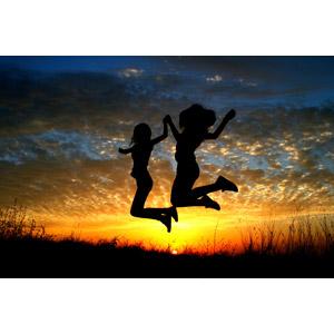 フリー写真, 人物, 少女, シルエット(動物), 手をつなぐ, 跳ぶ(ジャンプ), 二人, 人と風景, 夕暮れ(夕方), 夕焼け, 夕日