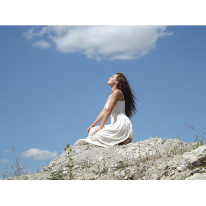 フリー写真, 人物, 女性, 外国人女性, ドレス, 青空, 人と風景, 女性(00050), 目を閉じる, しゃがむ